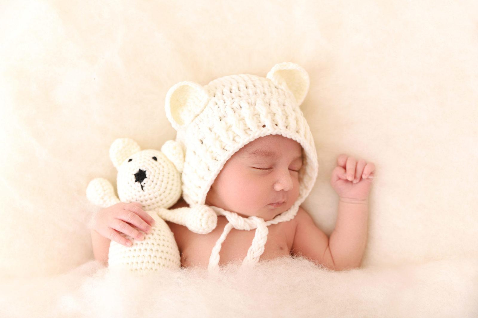 nouveau-né dormant avec son doudou