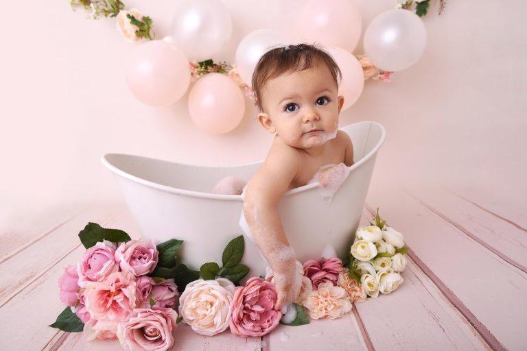 Bébé dans une baignoire en seance anniversaire